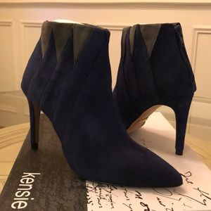 Kensie Sz 6 Navy Suede Boots with Grey Detail